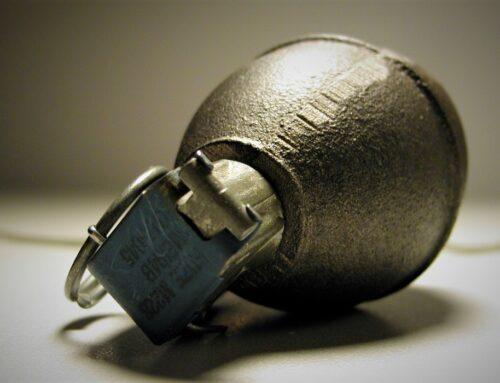 U garažu porodične kuće bačena ručna bomba